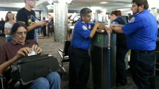 Retienen-Chewbacca-aeropuerto-Denver-baston_TINIMA20130610_0855_18