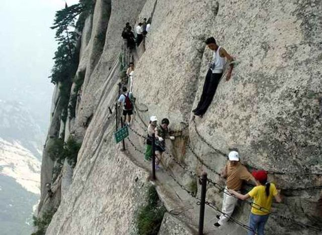 the-most-dangerous-hiking-trail-in-the-world-30_7