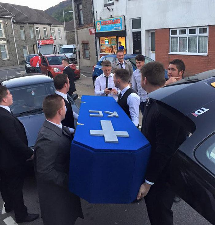 Chicos-organizan-un-funeral-falso-a-su-amigo-3