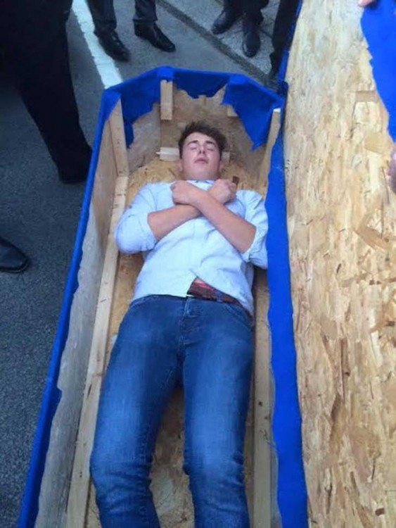 Chicos-organizan-un-funeral-falso-a-su-amigo-4-563x750